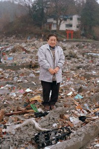 2011年4月23日 岩手県宮古市田老田中 「震災を思い出すので、直後はなかなか自分の家に戻ることができなかった」 自宅跡に探し物をしに来た女性です。高価な物ではなくても、自分にとって大切な物を探す方々と対面すると、物に対する人の価値観を改めて考え直します。